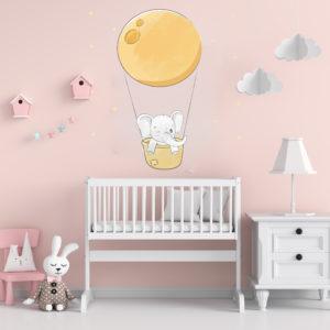 Bebé elefante en una canasta y super luna